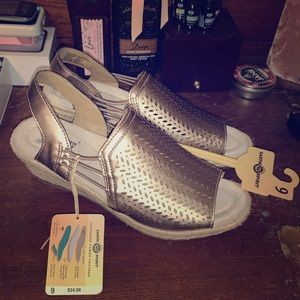 NEW! Earth Spirit Gold Wedges - Size 9 NWT